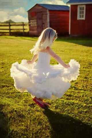 穿婚紗的小女孩手機桌面壁紙下載