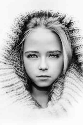 黑白色调的欧美小女孩手机壁纸免费下载