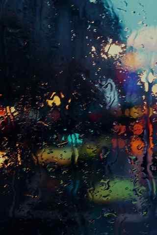 雨中的朦胧的玻璃