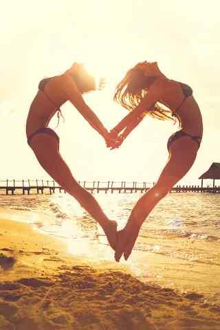 沙滩中组成爱心形