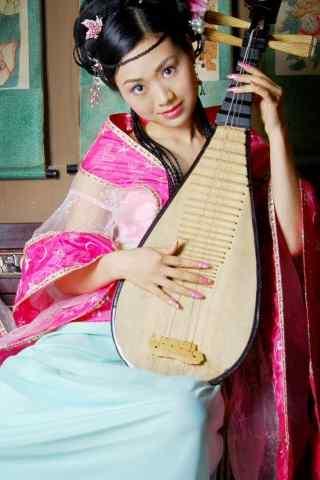 弹着琵琶的古典美女手机壁纸