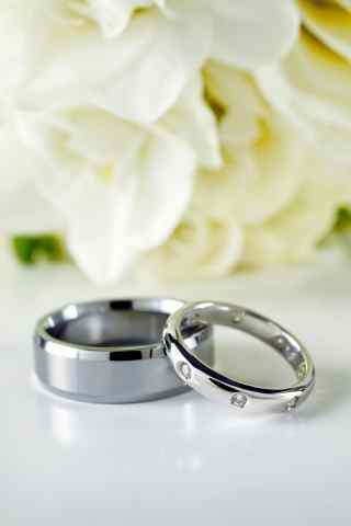 白玫瑰和婚戒手机背景图片