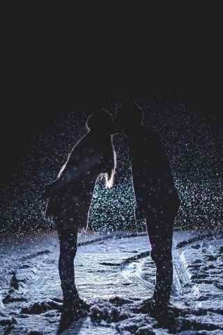 雪地里的轻吻唯美手机情侣壁纸