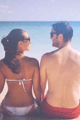 沙滩度假的欧美情侣唯美手机壁纸