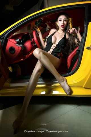 黄色跑车性感美腿女车摸手机壁纸