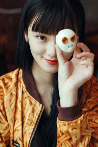拿着鸡蛋自拍的女神黄灿灿高清手机壁纸