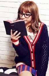 黑框眼镜看书美女高清手机壁纸