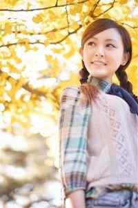 银杏树下阳光可爱校园美女唯美高清高清手机壁纸