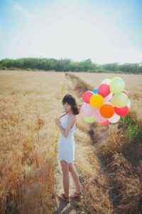 大眼短发美女麦田里的气球唯美高清高清手机壁纸下载