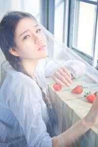 小清新甜美草莓女孩 iPhone 6 Plus手机壁纸
