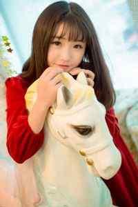 红色娃娃裙短发美女纯真甜美写真手机高清壁纸