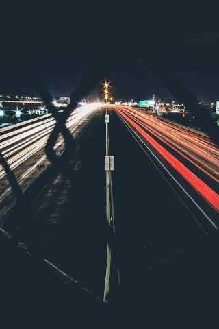 透过铁网的城市灯