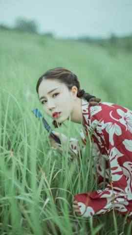 草丛中的和服美女
