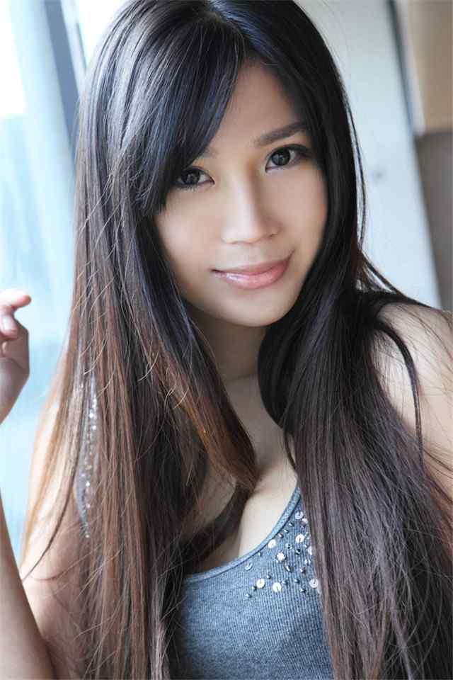 长发白皙的清纯美女甜美微笑高清手机壁纸