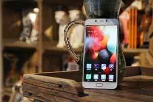 格力手机2代真机上手图赏 骁龙820卖3300元
