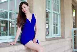 蓝色短裙性感美女图片桌面壁纸