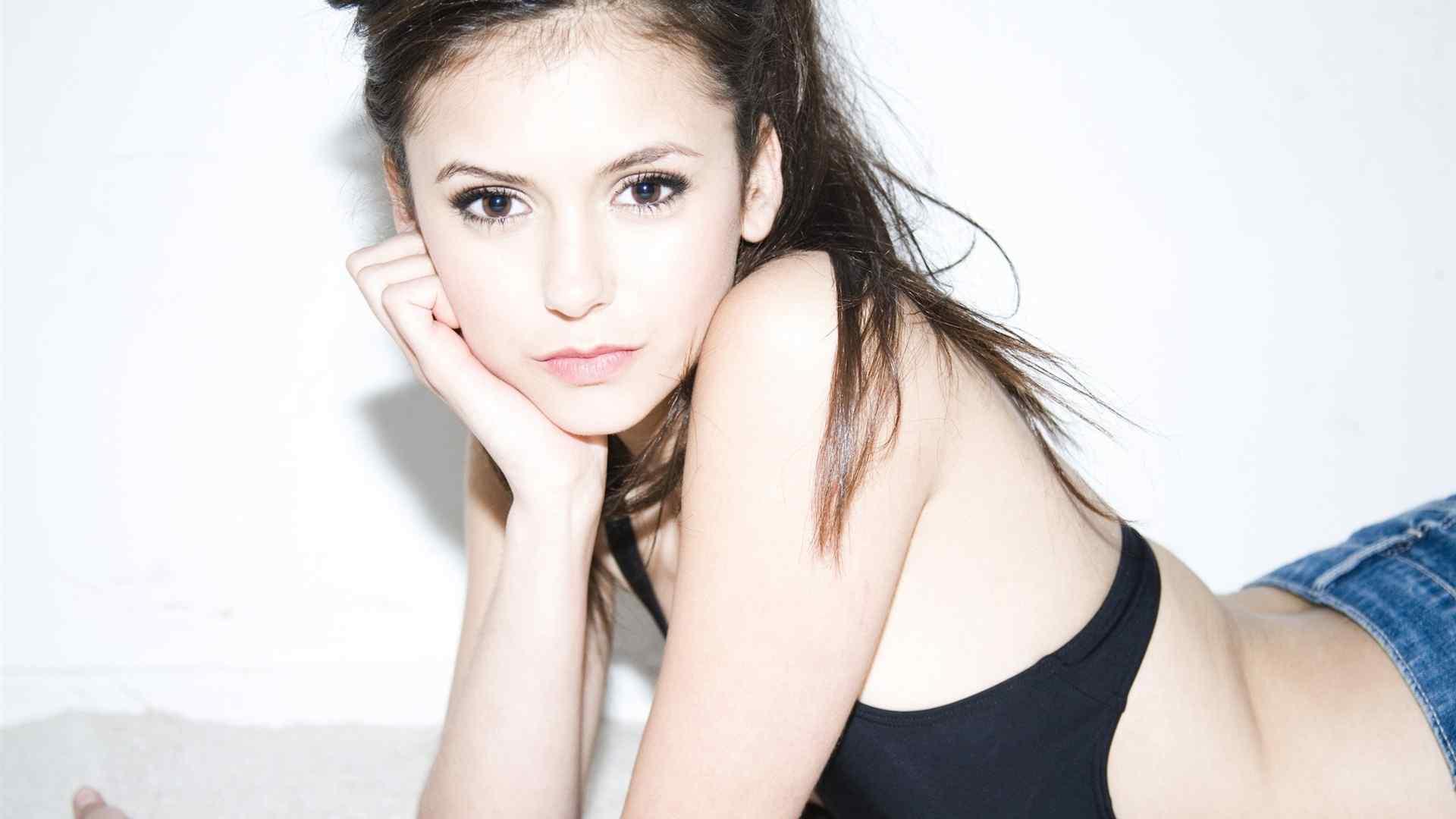 欧美美女明星妮娜·杜波夫时尚性感写真图片桌面壁纸