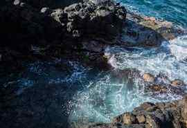 海边浪花岩石风景
