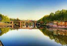 德国萨尔布吕肯湖面桥墩倒影自然风光壁纸