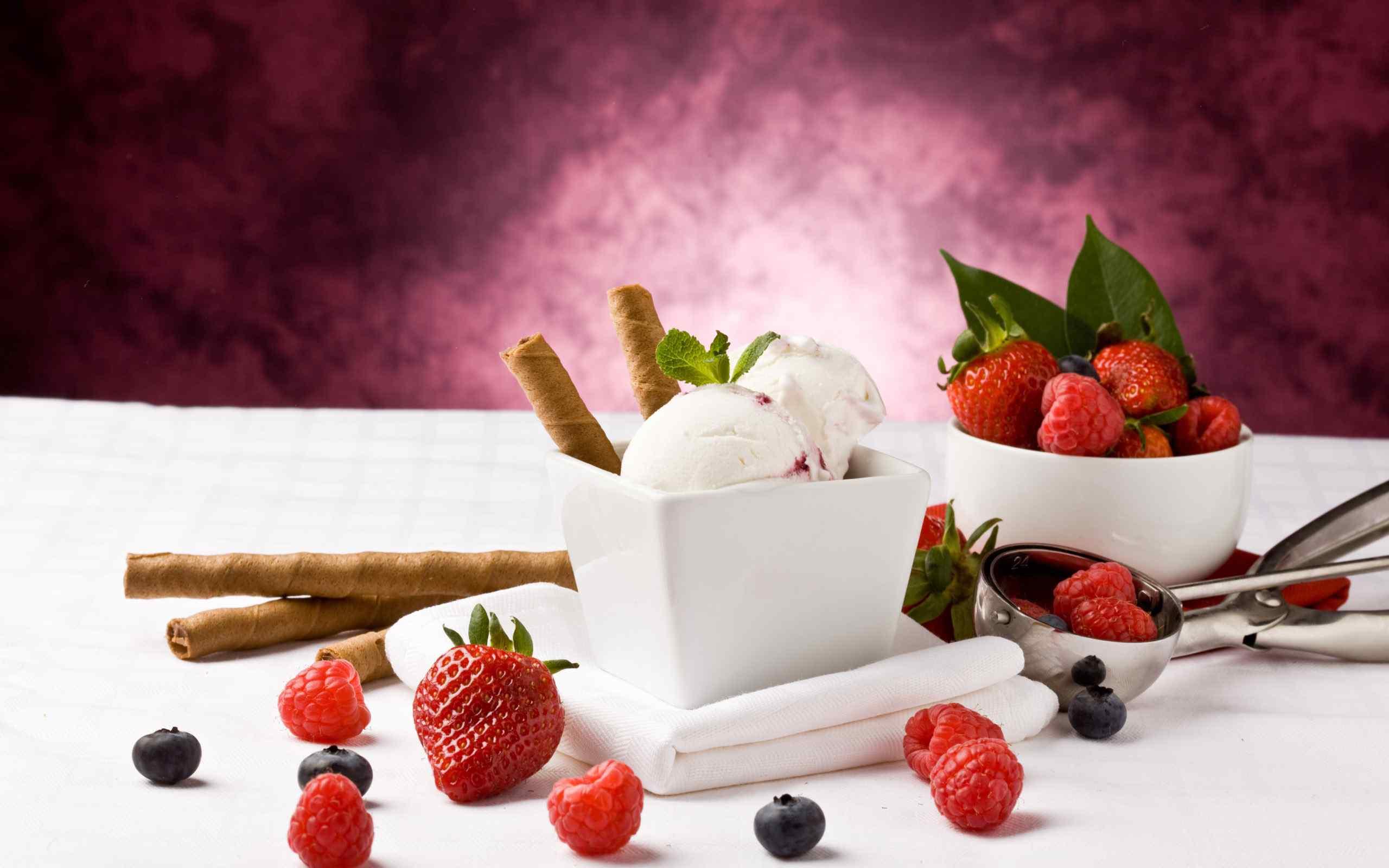草莓蛋卷冰淇淋桌面壁纸