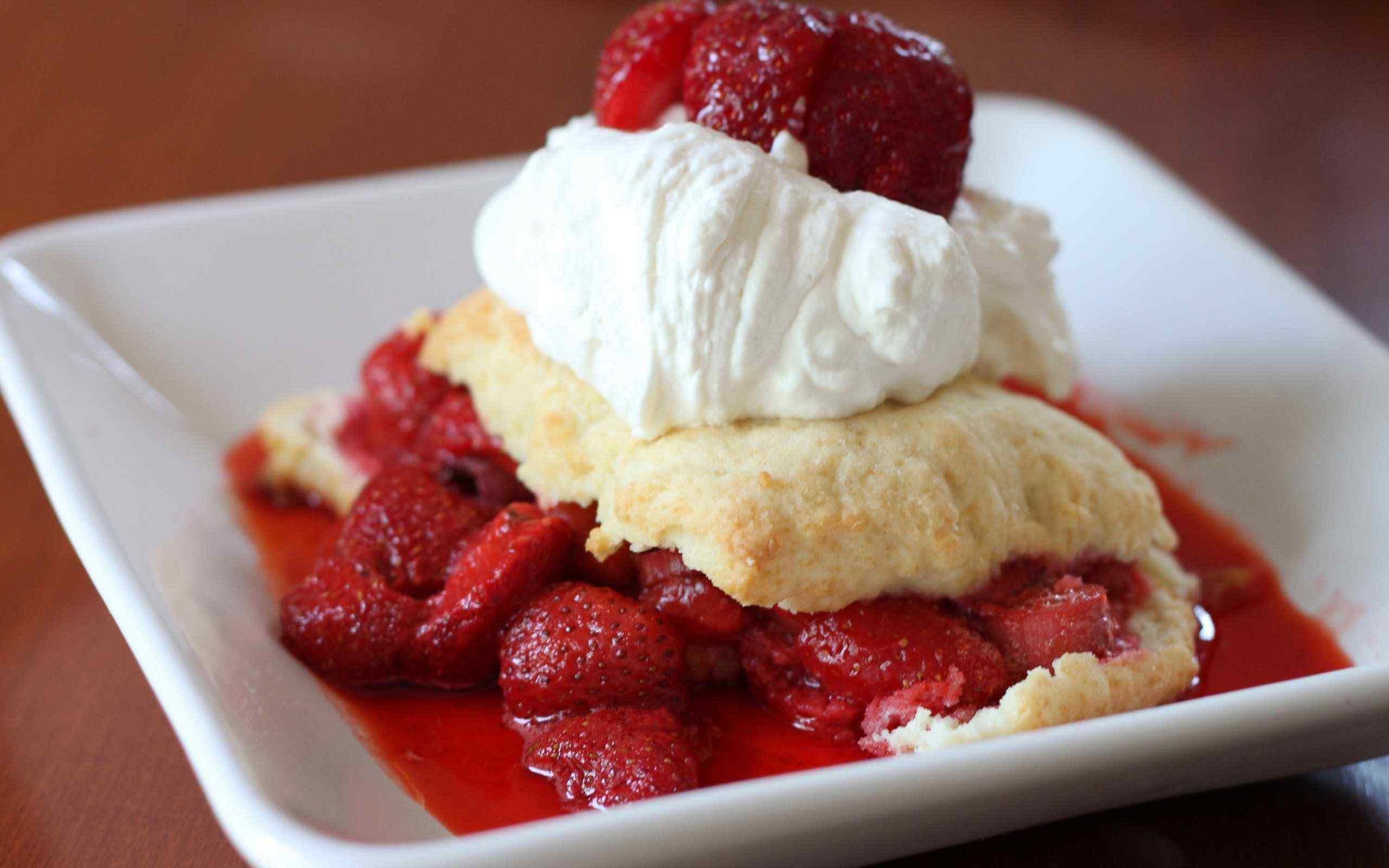 清新草莓甜点桌面壁纸
