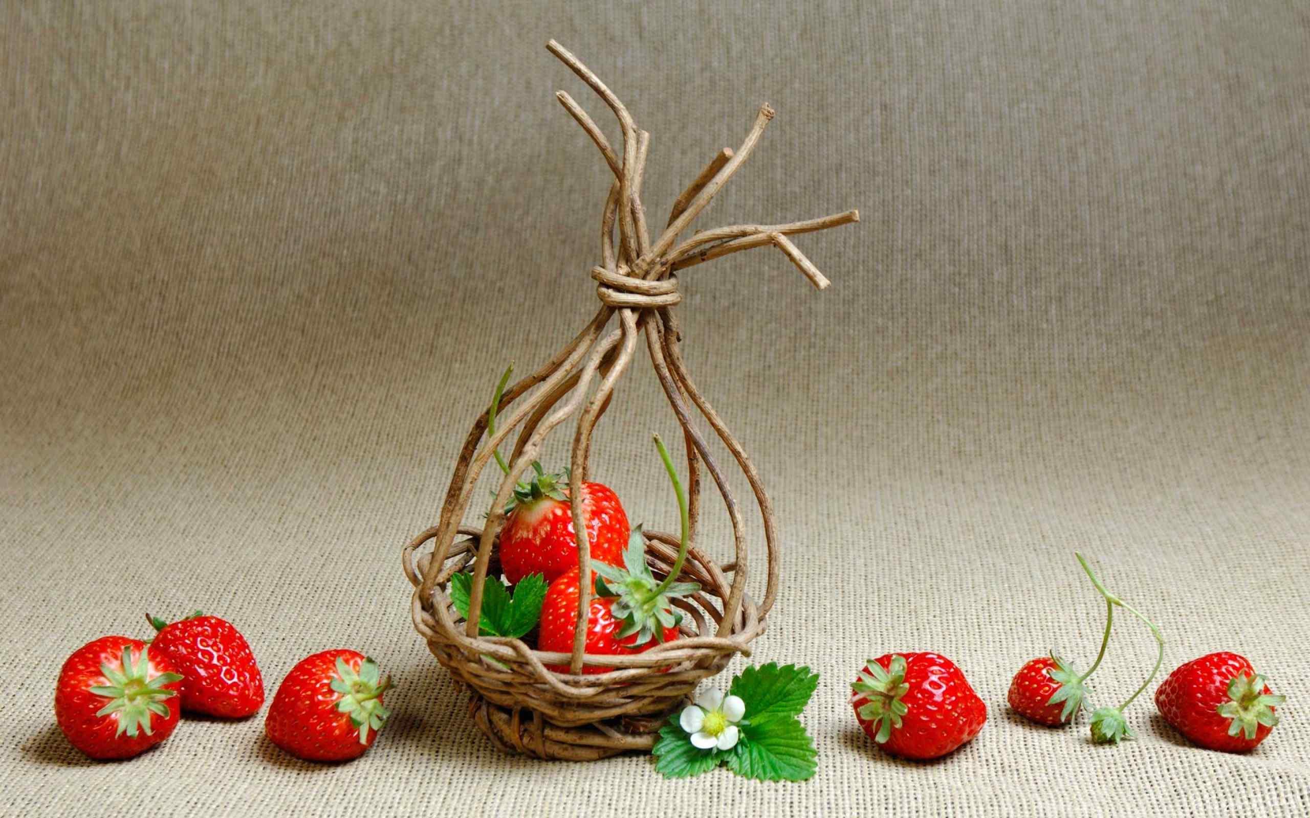 篮装草莓落地水果桌面壁纸
