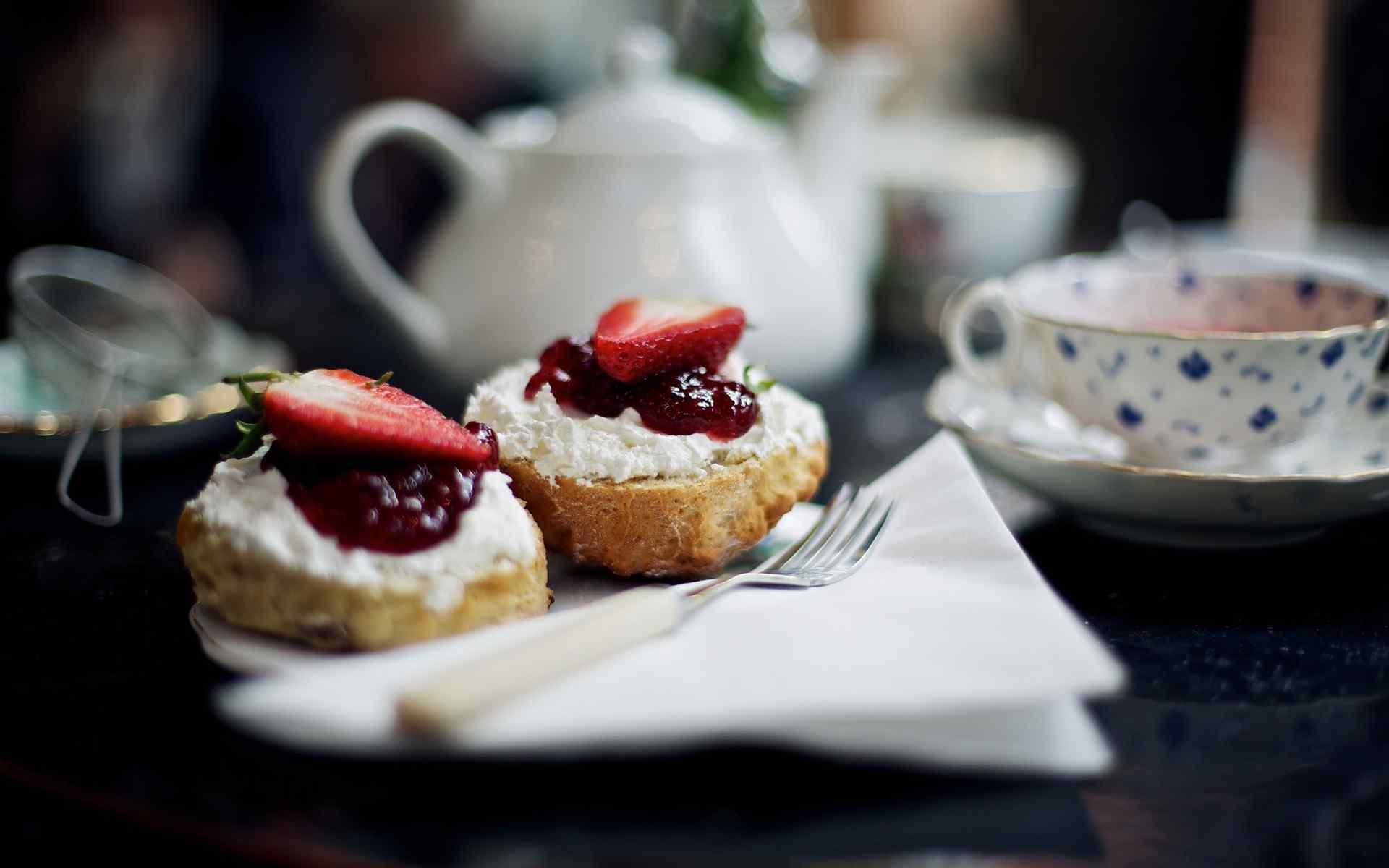 小甜点精致草莓小蛋糕桌面壁纸