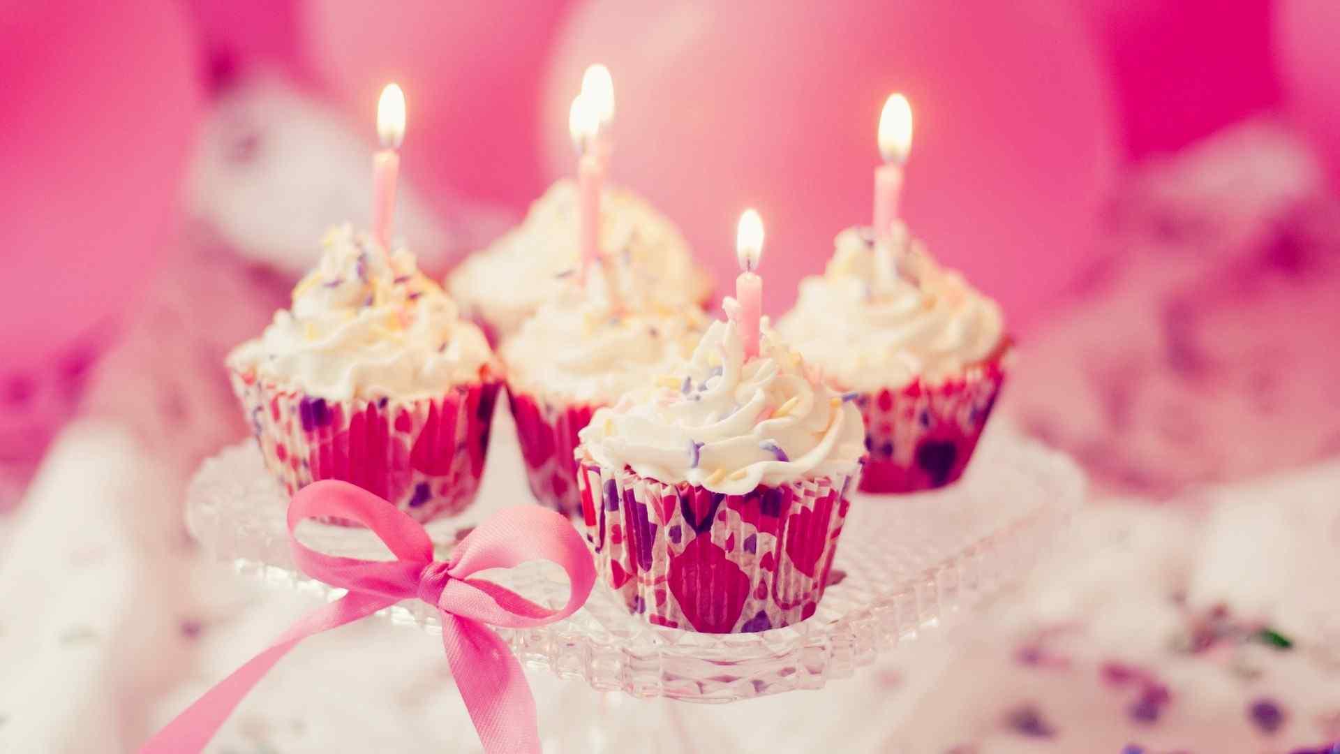 梦幻少女心奶油生日蛋糕桌面壁纸