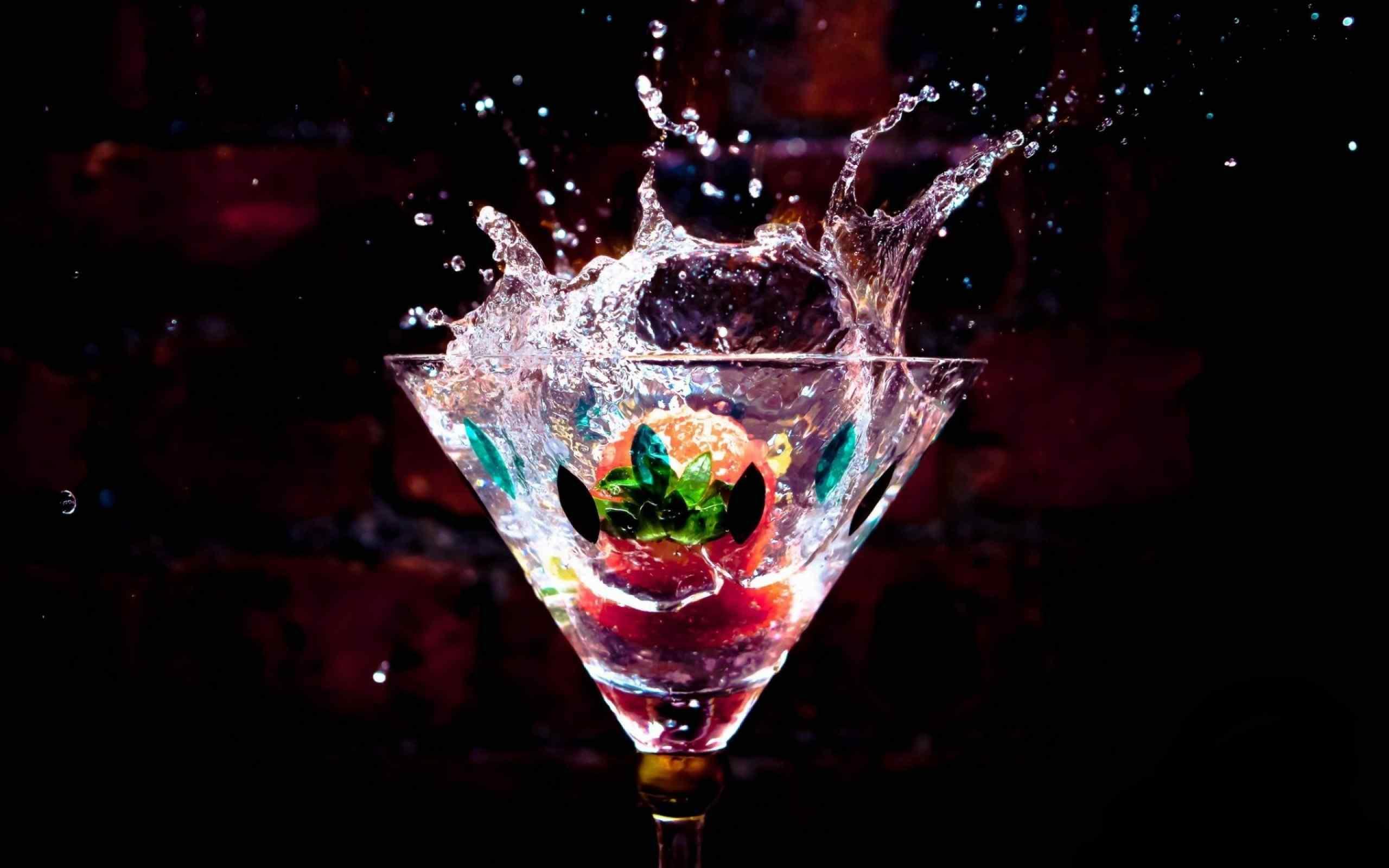 杯中欢快的草莓桌面壁纸