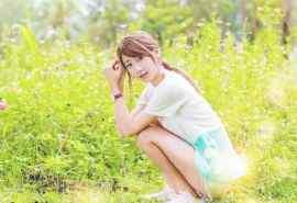 清纯靓丽美女草地