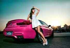 粉红靓丽性感车模