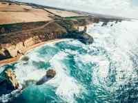 视觉震撼撞击礁石