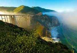 浓雾下的美国加州桥梁悬崖风景桌面壁纸