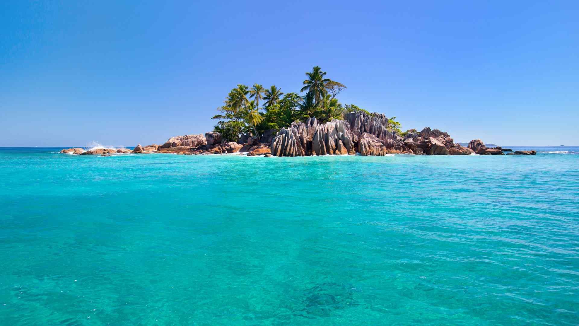 蔚蓝的大海中海岛图片高清电脑壁纸