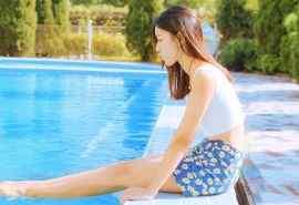 夏日美女泳池边的清纯美女写真电脑桌面壁纸