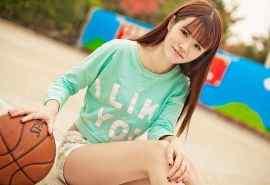 长发飘飘的校花美女运动篮球桌面壁纸