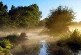 晨雾中美轮美奂的风景桌面壁纸