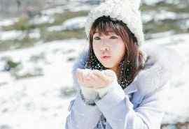 雪地中玩耍的清纯