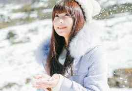 冬天雪中的美女写真图片电脑桌面壁纸