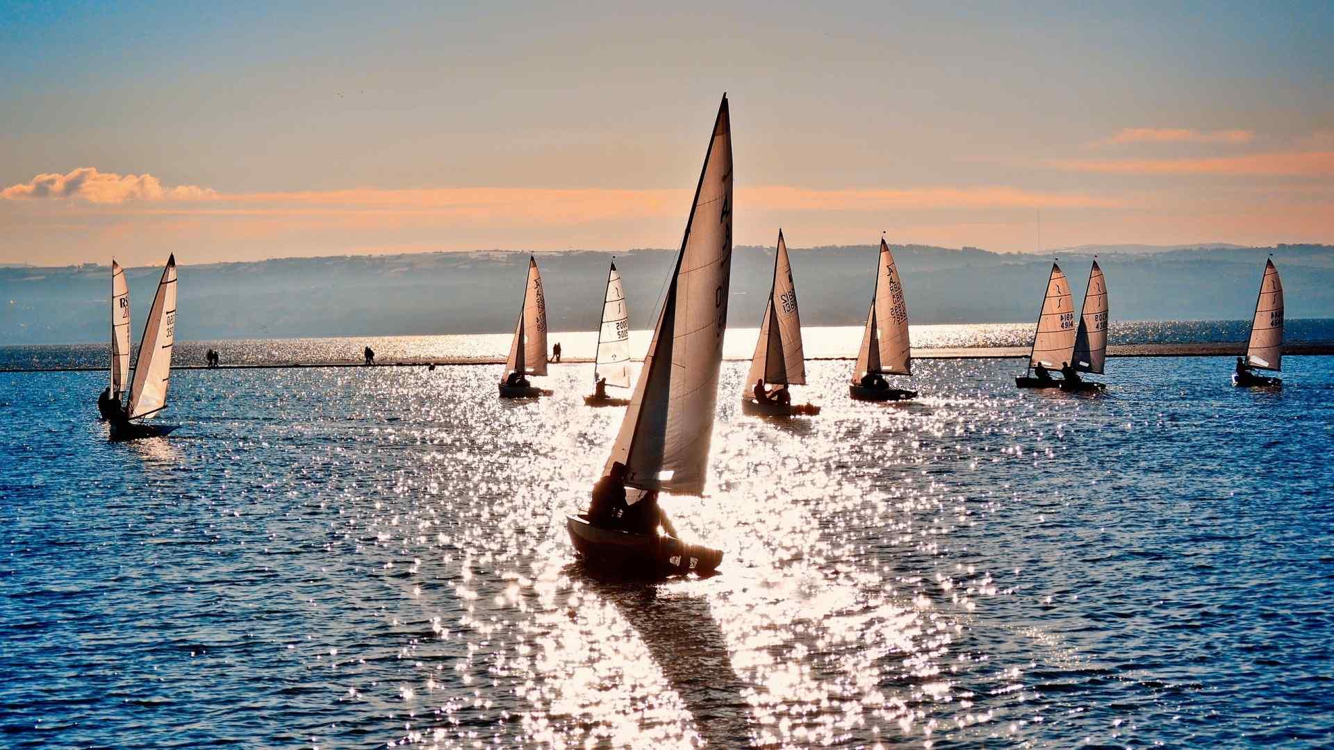 海边帆船摄影图片高清桌面壁纸