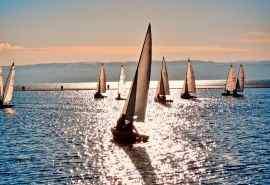 海边帆船摄影图片