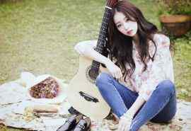 唯美小清新弹吉他女孩桌面壁纸