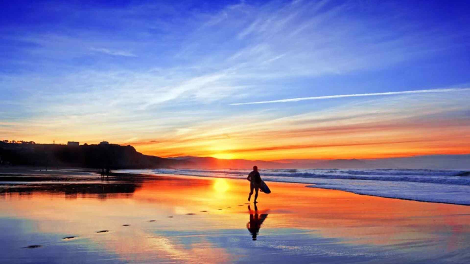 美丽的海边晚霞风景高清桌面壁纸。在蓝色的大海也融入夕阳的颜色中是,美丽的风景就此出现。火红的海边晚霞,是不是异常的美丽?喜欢唯美风景图片的朋友千万不要错过哦!海量高清壁纸图片尽在桌面天下,桌面天下有您想要的高清图片壁纸!