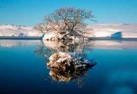 壮观的冬雪覆盖下的湖水高清壁纸